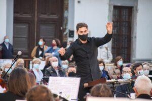 Javier Ros dirigint la Banda Simfonica de la UMA